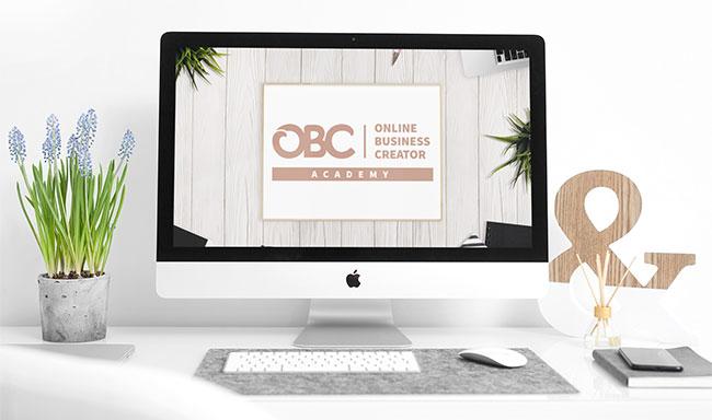 Auf diesem Foto sieht man einen Bildschirm mit dem Logo der Online Business Creator Academy, der Onlinekurs, in dem du lernst, wie du deinen Onlinekurs erstellst und launchst.